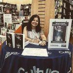 Photo portrait de l'auteur pendant une dédicace en librairie